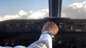בתא הטייס יש שני טייסים, למרות שאפשר היה לבצע את רוב העבודה, וכנראה את כולה, על ידי טייס אחד, וכדי לנצל באופן מיטבי את היתרון שטמון בשני טייסים הוגדר שכל פעולה משמעותית מחייבת בקרה צולבת, או Cross-Check.