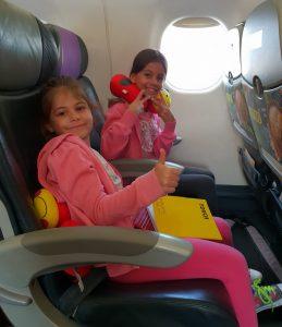 כאשר טסים עם ילדים עם פחד טיסה הופכים את המטוס למשחק, או בית