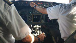 כל פעולה בתא הטייס דורשת אישור של איש הצוות השני. ההנחה היא שכל אדם יכול לטעות