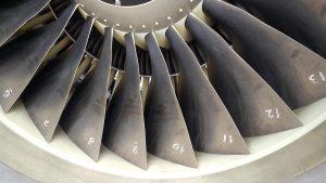אלו שמתמודדים עם פחד טיסה עלולים גם להחרד מרעש שמנוע. חלק גדול מהרעש מגיע מהמניפה, ואת זה שומעים טוב מקדמת המטוס