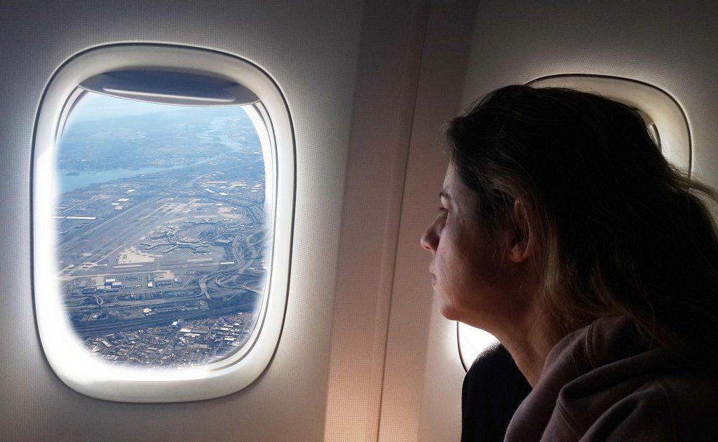 טיסה עם מלווה שמסביר ועונה על שאלות יכולה להיות מרגיעה. לא כל אחד צריך את זה