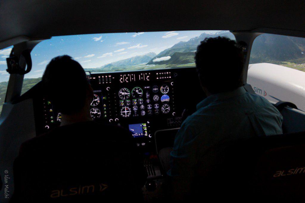 סימולטור טיסה מאפשר דימוי מצבי טיסה שונים. כאן - טיסה במבנה