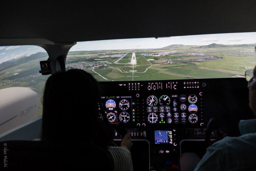 סימולטור מאפשר אימון בנחיתה. המסלול מולנו