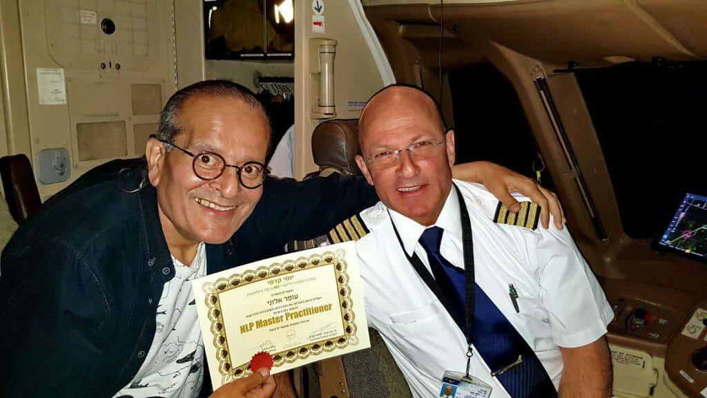 יוסי קדמי, מעניק לעופר תעודת מאסטר NLP בטיסה ללוס אנגלס